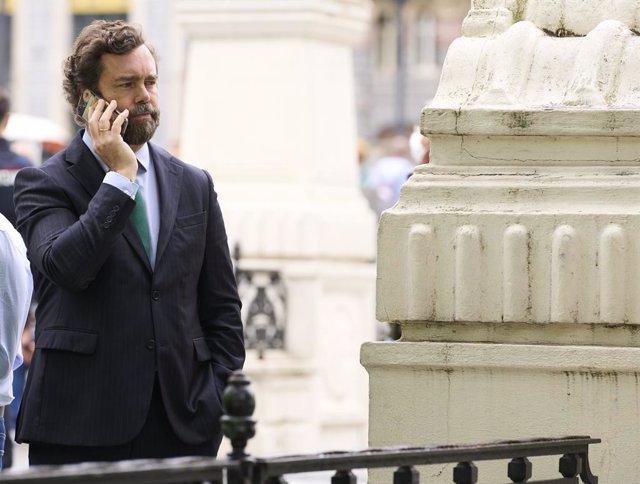 El portavoz de Vox en el Congreso de los Diputados, Iván Espinosa de los Monteros, habla por teléfono durante una visita a una mesa informativa organizada por Vox Vizcaya, a 8 de julio de 2021, en el Puente de El Arenal, Bilbao, Vizcaya, País vasco, (Espa