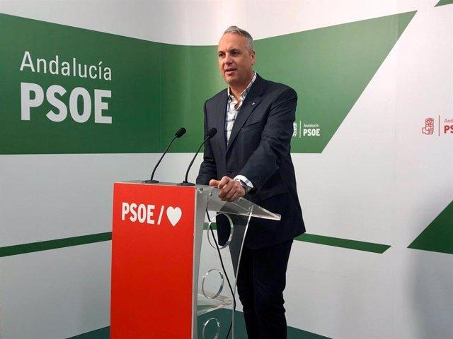 Archivo - El vicesecretario general del PSOE de Cádiz, Juan Carlos Ruiz Boix, en rueda de prensa