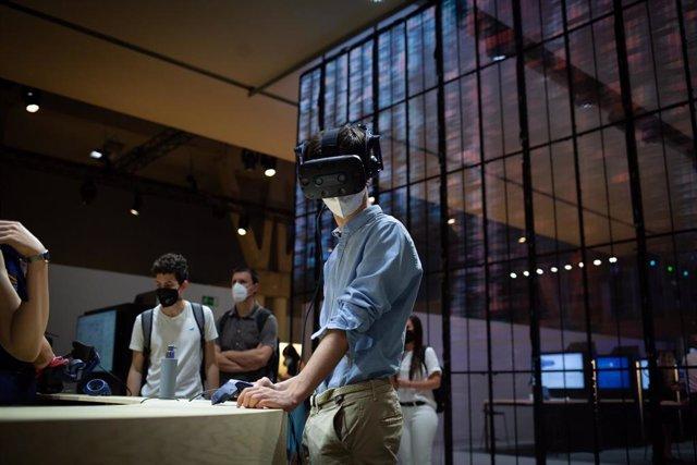 Un asistente utiliza unas gafas de realidad virtual en las instalaciones de la segunda jornada del Mobile World Congress (MWC 2021) en el recinto Gran Via de Fira de Barcelona, a 29 de junio de 2021, en L'Hospitalet de Llobregat, Barcelona