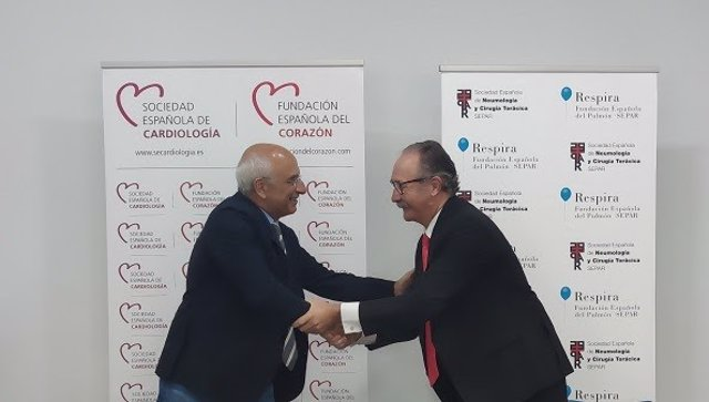 A la izquierda, el presidente de la Sociedad Española de Cardiología (SEC), el Dr. Ángel Cequier; y a la derecha el presidente de la Sociedad Española de Neumología y Cirugía Torácica (SEPAR), el Dr. Carlos A. Jiménez Ruiz.