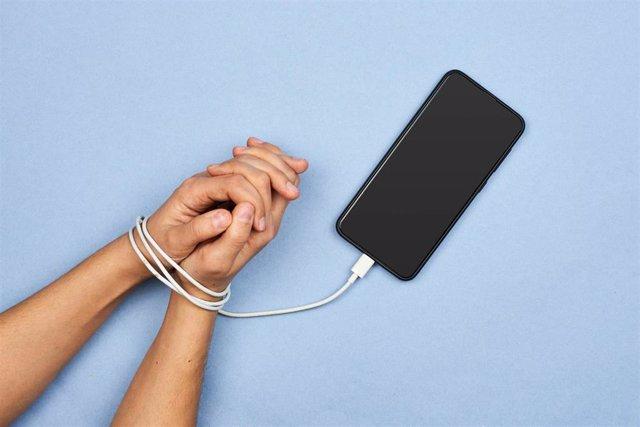 Un estudio indica que los universitarios presentan niveles moderados de nomofobia, miedo irracional a no disponer de su smartphone.
