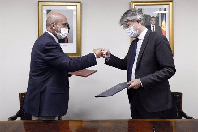 Martínez Benazet y Tribolet se saludan después de firmar el acuerdo.