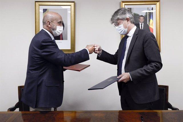 Martínez Benazet i Tribolet se saluden després de signar l'acord