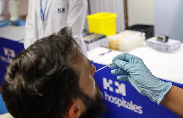 Un sanitario realiza un test de antígenos a un hombre