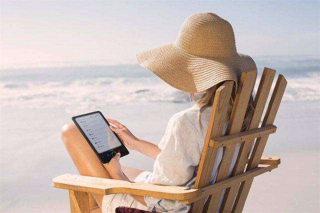 Lector digital en la playa