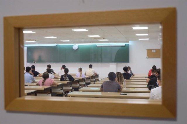Estudiantes preparándose para la prueba de acceso a la universidad