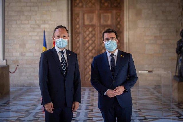 El presidente de la Generalitat, Pere Aragonès (d), y el jefe del Gobierno de Andorra, Xavier Espot (i), posan en el Palau de la Generalitat, a 13 de julio de 2021, en Barcelona, Catalunya (España). El objetivo de la reunión es tratar de mejorar las relac