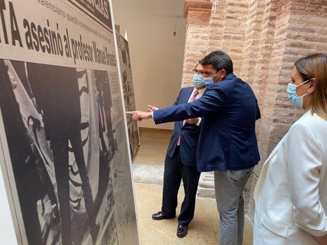 """El presidente del PPCV visita la exposición """"El terror a portada. 60 años de terrorismo en España a través de la prensa"""""""
