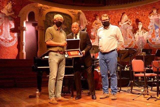 El director del Festival de Jazz de Barcelona, Tito Ramoneda, junto al cantante Wynton Marsalis y el director artístico del festival, Joan Antón Cararach