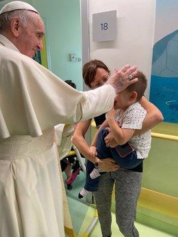 El Papa visita a los pacientes de oncología pediátrica en el hospitl donde se recupera de la operación de colon