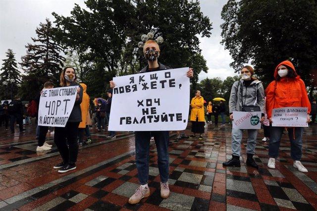 Archivo - 05 June 2020, Ukraine, Kyiv: People take part in a rally for the dismissal of the Ukrainian Minister of Internal Affairs Arsen Avakov outside the Verkhovna Rada building. Photo: -/Ukrinform/dpa