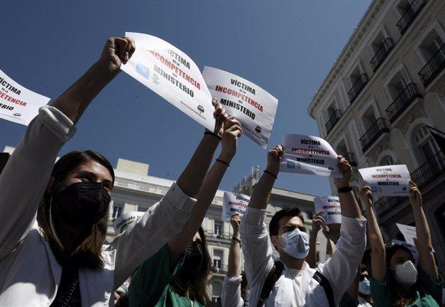Archivo - Varios médicos se manifiestan con pancartas frente a la Puerta del Sol para exigir una elección de plazas con garantías el 8 de junio de 2021, en Madrid (España).