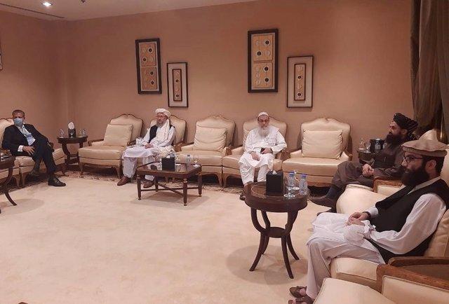 Archivo - Reunión de altos cargos talibán afganos con el representante civil de la OTAN en Afganistán