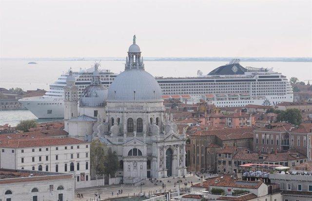 Un crucero frente a la plaza de San Marcos en Venecia