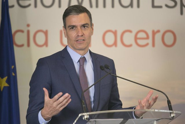 El presidente del Gobierno, Pedro Sánchez, interviene en la presentación de la hoja de ruta de descarbonización de la fabricación de acero, en la factoría de ArcelorMittal, a 13 de julio de 2021, en Gijón, Asturias (España). Con la descarbonización, las p