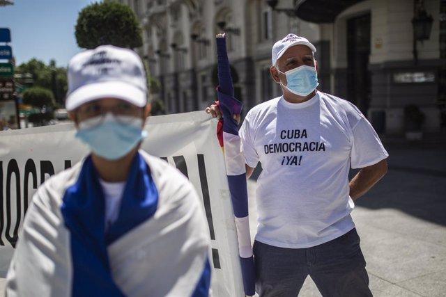 Una persona sostiene una pancarta en el Congreso de los Diputados en apoyo a las movilizaciones contra el Gobierno cubano registradas ayer en la isla, a 12 de julio de 2021, en Madrid (España). Convocada por la organización opositora cubana Prisoners Defe