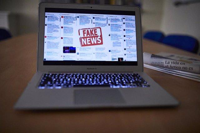 Archivo - Una persona lee en su ordenador portátil una noticia falsa, en Madrid (España), a 5 de noviembre de 2020. El Gobierno ha aprobado un procedimiento de actuación contra las conocidas como 'fake news' mediante el cual monitorizará la información y