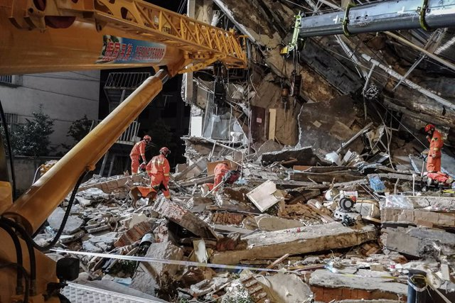 13 July 2021, China, Suzhou: Rescue workers continue to search for victims amidst the rubble of a hotel that collapsed. At least eight people died while nine others are still missing in the rubble. Photo: Su Min/SIPA Asia via ZUMA Wire/dpa