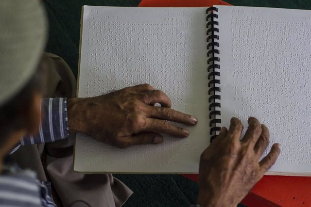Archivo - 15 April 2021, Indonesia, Medan: A blind man recites the Quran, the Muslim holy book, which is written in Braille symbols for the blind at the Indonesian Blind Association (PERTUNI) building during the holy month of Ramadan. Photo: Saddam Husein