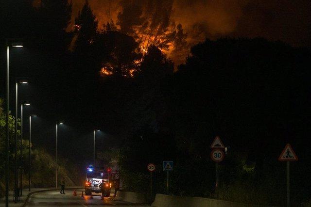 L'incendi a Castellví de Rosanes i Martorell (Barcelona) segueix actiu aquest dimecres.