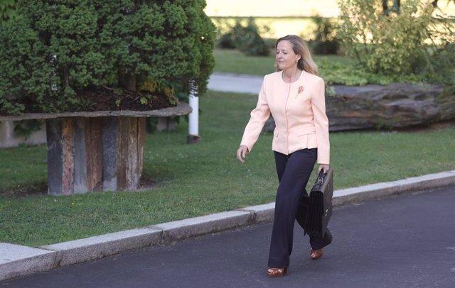 La vicepresidenta primera del Gobierno y ministra de Asuntos Económicos, Nadia Calviño, llega al Palacio de la Moncloa para participar en el primer Consejo de Ministros tras la remodelación del Gobierno, a 13 de julio de 2021, en Madrid (España).