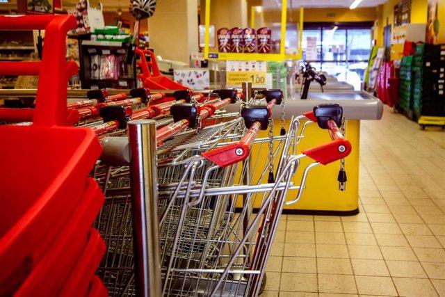 Archivo - Carros de la compra en un supermercado