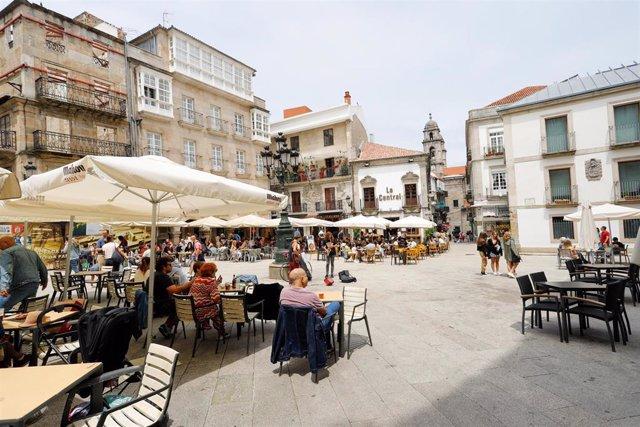 Varias personas en una terraza de Vigo.