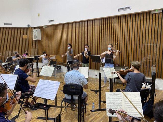 La sección de cuerdas de Orquesta Sinfónica de la Región ensaya para 'Tutto Vivaldi'