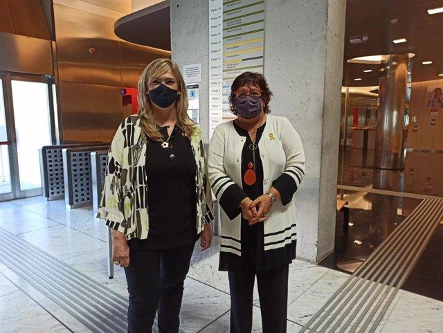 La consellera de Drets Socials de la Generalitat, Violant Cervera, i l'exconsellera del departament Dolors Bassa, en una visita a la Conselleria després de ser indultada