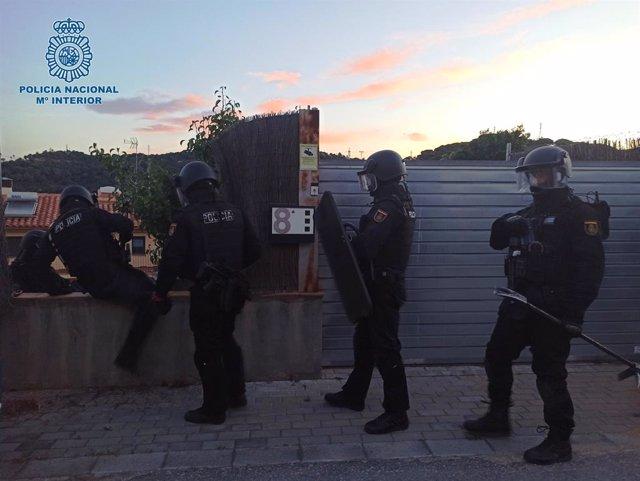 Agents de la Policia Nacional durant l'operatiu al Maresme