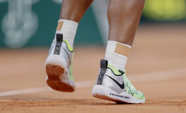 """Archivo - Serena Williams of the United States, Nike shoes with special """"i will never stop"""" written in French during the first round of Roland-Garros 2021, Grand Slam tennis tournament on May 31, 2021 at Roland-Garros stadium in Paris, France - Photo Nico"""