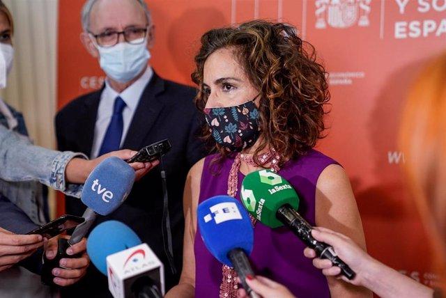 La ministra de Hacienda y Función Pública, María Jesús Montero, ofrece declaraciones a los medios de comunicación antes de la clausura de la jornada sobre 'Economía, Trabajo y Sociedad', a 14 de julio de 2021, en Madrid, (España). Este acto, el primero al