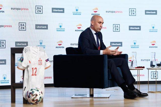 El presidente de la Real Federación Española de Fútbol, Luis Rubiales, participa en los Desayunos Deportivos de Europa Press, en el Auditorio El Beatriz, a 14 de 2021, en Madrid (España).