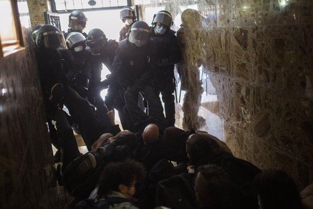 Agentes de la Policía Nacional de la Unidad de Intervención Policial o antidisturbios entran en un domicilio ocupado en la calle de Sierra Salvada para ejecutar un desahucio, a 14 de julio de 2021