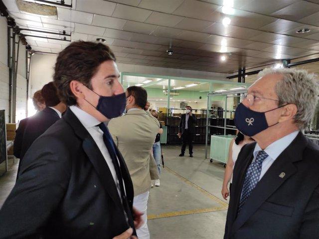 Rogelio Velasco (dcha.) habla con el consejero delegado de Silbon, Pablo López.