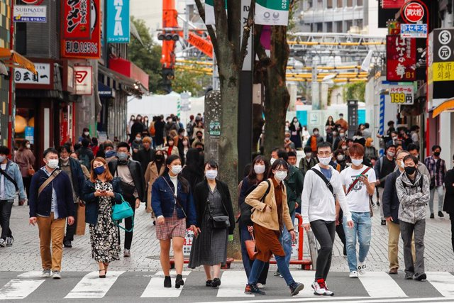 Archivo - Personas con mascarilla en Tokio