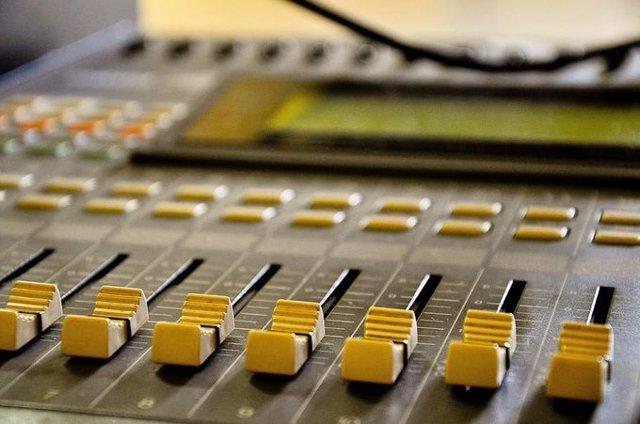 Archivo - La presencia de mujeres en los informativos de las televisiones públicas andaluzas se ha reducido durante 2020 , según el CAA