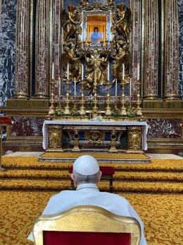 El Papa en la Iglesia Santa María la Mayor, de Roma, después de recibir el alta tras su hospitalización de diez días por una operación de colon