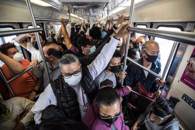 Imagen de archivo de una multitud en el transporte público en México.