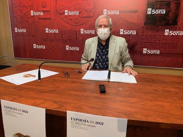 El concejal de Cultura del Ayuntamiento de Soria, Jesús Bárez, presenta la Feria del Libro.