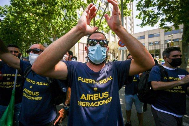 Archivo - Un trabajador de la factoría Airbus en Getafe, aplaude durante una manifestación por el cierre de la planta de Puerto Real por parte de la compañía, en la plaza de Cibeles, a 11 de junio de 2021, en Madrid (España).