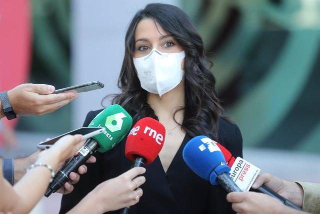 La presidenta de Ciudadanos, Inés Arrimadas, ofrece declaraciones a los medios tras una reunión con LaLiga en las instalaciones de la Liga Nacional de Fútbol Profesional (LFP), a 8 de julio de 2021, en Madrid (España).