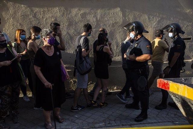 La portavoz de VOX en la Asamblea de Madrid, Rocío Monasterio, protesta junto a un grupo de personas que se concentran ante la Embajada de Cuba en Madrid en contra del régimen comunista del Gobierno cubano, a 13 de julio de 2021, en Madrid (España). Convo