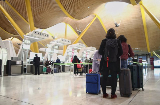 Archivo - Viajeros en la terminal T4 del Aeropuerto Adolfo Suárez Madrid-Barajas, un día antes de la suspensión de los vuelos procedentes de Reino Unido, en Madrid (España), a 21 de diciembre de 2020. El Gobierno ha decidido de manera conjunta con Portuga