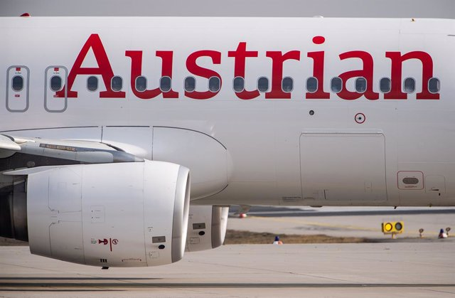 Archivo - FILED - 21 February 2019, Frankfurt: A passenger plane of the airline Austrian Airlines rolls to the runway on the airport grounds of Frankfurt airport. Austrian Airlines stopped its flights to the northern Italian cities of Venice, Milan and Bo