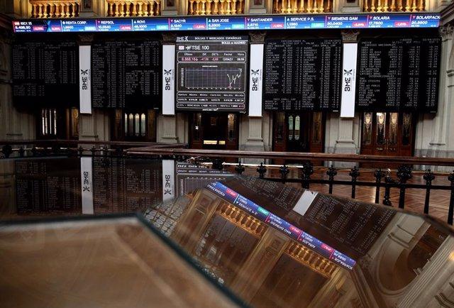 Archivo - Interior del edificio de la Bolsa, a 12 de abril de 2021, en Madrid (España). El Ibex 35 ha iniciado la sesión de este lunes con una caída del 0,35%, lo que ha llevado al selectivo a situarse en los 8.536 enteros a las 9.01 horas, en una semana