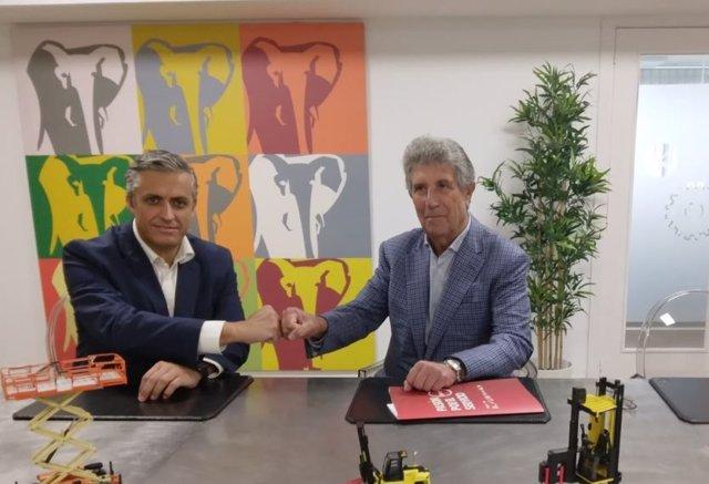 Antonio Trelles (GAM) y el principal accionista de Recamasa, Ángel López, en la firma del acuerdo.