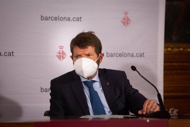 Archivo - El teniente de alcalde de seguridad del Ayuntamiento de Barcelona, Albert Batlle, comparece ante los medios para hacer balance del primer fin de semana de nuevas medidas contra la Covid-19, en Barcelona, Catalunya (España), a 20 de octubre de 20