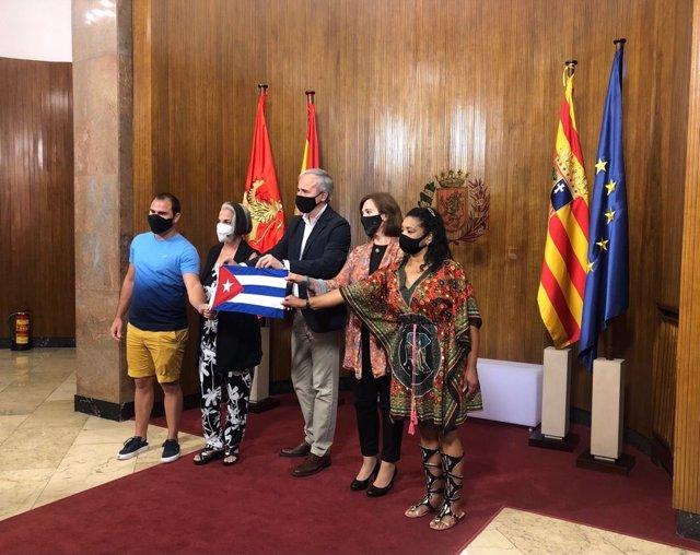 El alcalde y la vicealcaldesa junto a los representantes de la asociación Cubanos Libres en España