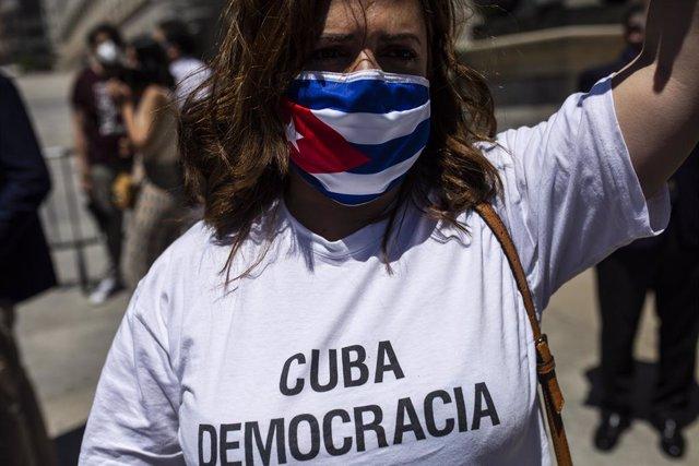Una persona viste una camiseta representativa a favor de la democracia en Cuba en el Congreso de los Diputados en apoyo a las movilizaciones contra el Gobierno cubano registradas ayer en la isla, a 12 de julio de 2021, en Madrid (España).